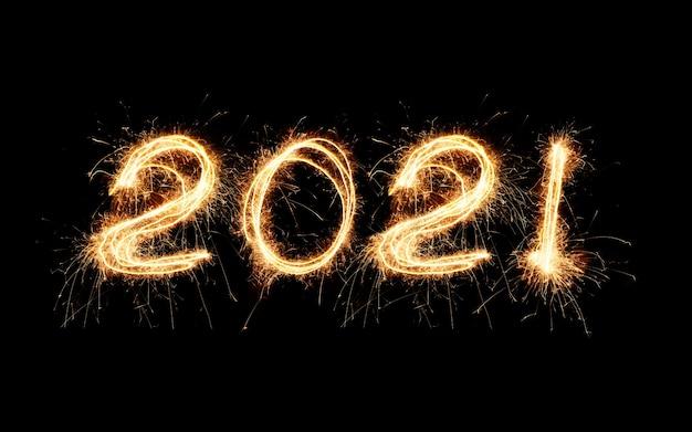 Новый год 2021 текст ручной работы письменные искры фейерверк. красивые блестящие золотые числа 2021 года, изолированные на blac