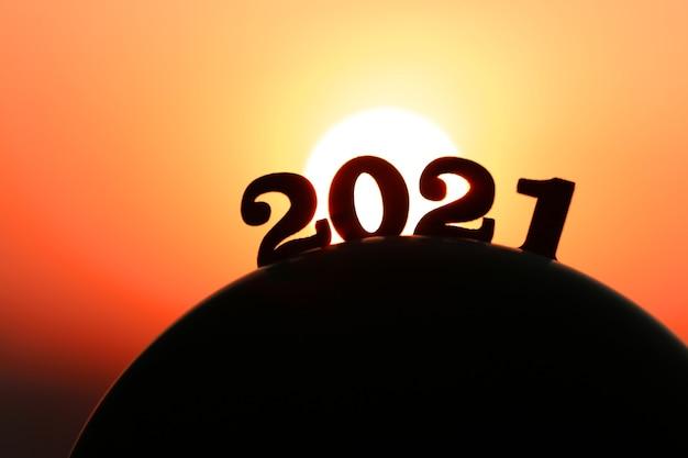새해 2021. 황금 일몰과 아름다운 하늘에서 산 뒤에 단어 2021.