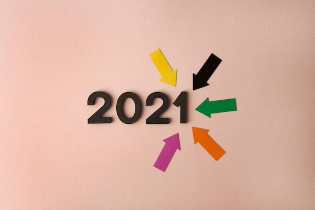 분홍색 표면에 화살표가있는 2021 년 새해