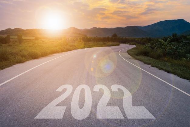Новый год 2022 или старт прямой концепции. 2022 год написано на дороге в дороге на закате.