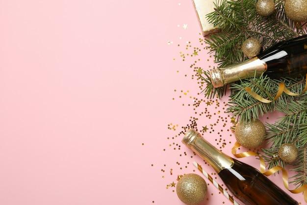 Новогодние аксессуары и бутылки шампанского