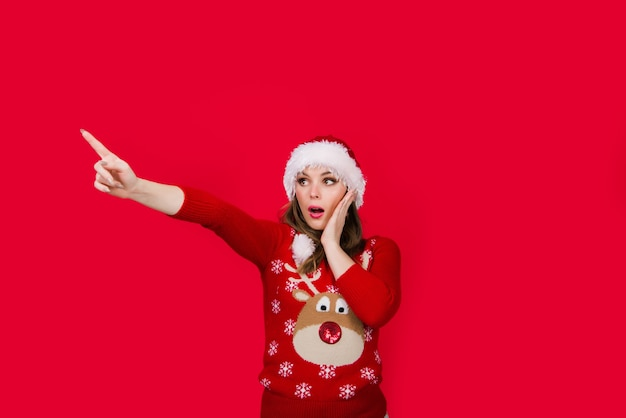 Новогодняя реклама посмотрите здесь реклама рождественская женщина, указывающая в сторону, добавьте сезон продаж и скидок