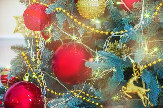 Новый год и рождество концепция. предпосылка рождественской елки. рождественский орнамент.