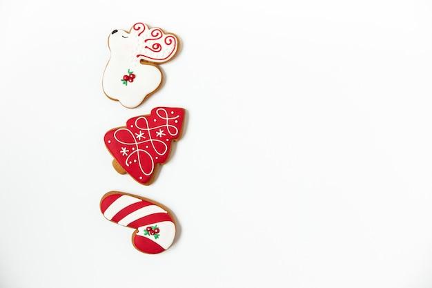 Новогодние и рождественские пряники. в форме дерева и оленя. белый фон. минималистский стиль. копировать пространство