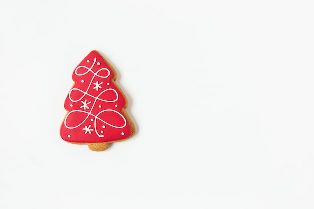 新年とクリスマスのジンジャーブレッドクッキー。木の形。上面図。白色の背景。ミニマリストスタイル。コピースペース