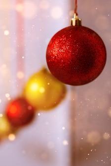 新年とクリスマス。赤、金色の新年のボール。カレンダーと広告の背景。