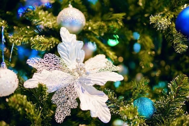 새해 분위기와 축제 장식품 은색 꽃과 함께 미적 장식 크리스마스 트리 ...