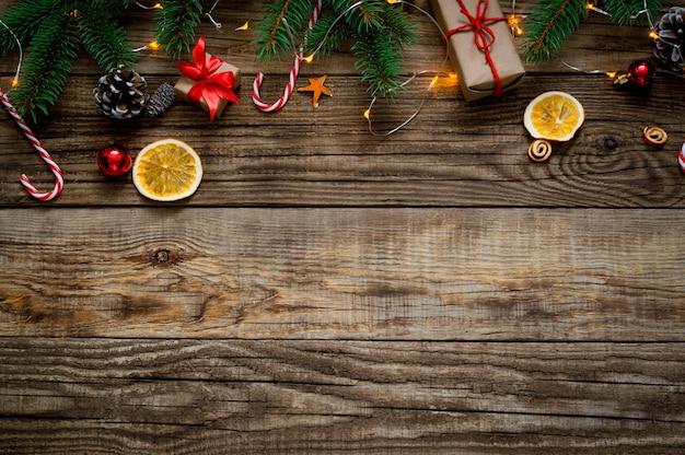 新年の背景2021年。木製の背景にクリスマスの構成。