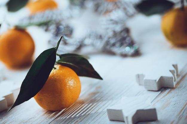 새해 배경 - 테이블에 식욕을 돋우는 귤 클로즈업