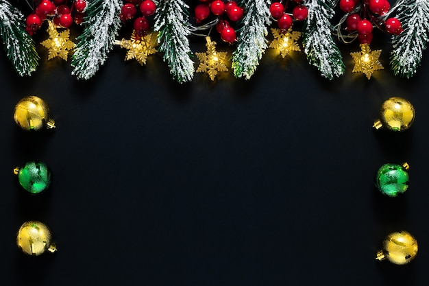 Новогодний фон с огнями, темная рождественская открытка 2021 года с праздничной мишурой, рамка с копией пространства. пустое место на шаблоне с золотой гирляндой. зимняя композиция.