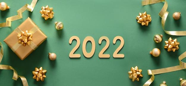 Новогодний баннер золотого подарка и шаров на синем