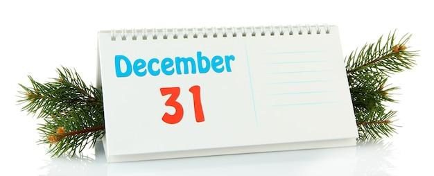Новогодний календарь и елка, изолированные на белом