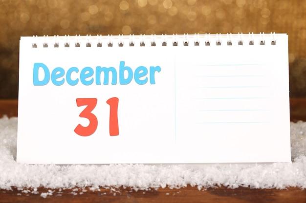 Новогодний календарь на блестящем золотом фоне