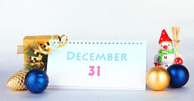 Новогодний календарь с текстом: 31 декабря Premium Фотографии