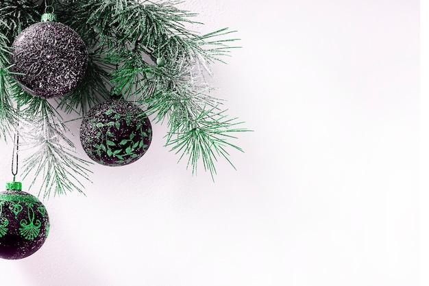 Новогодняя открытка, ветка рождественских трех и трех фиолетовых шаров