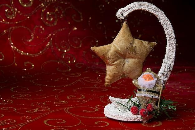年賀状。おもちゃのサンタクロース。クリスマスツリーのおもちゃのボール。休日の装飾。