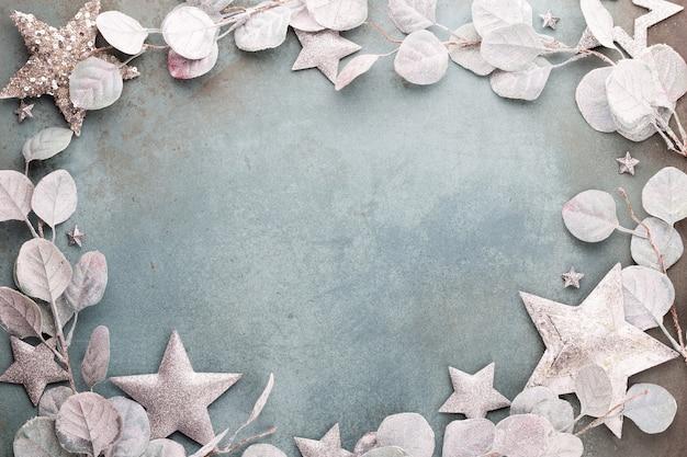 新年のお祝いとクリスマスの背景ユーカリとクリスマスの星の装飾の上面図。