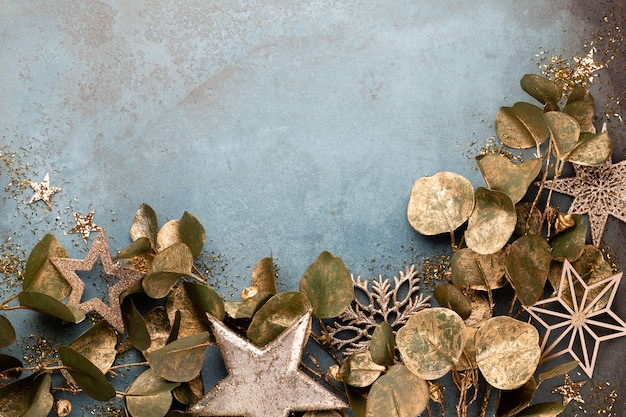 黄金の花、雪、星、クリスマスの装飾上面と新年のお祝いとクリスマスの背景。