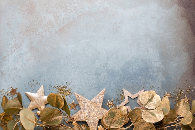 Празднование нового года и рождественский фон с золотыми цветами, снегом, звездами и рождественскими украшениями.