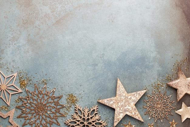 새 해 축 하와 황금 꽃, 눈, 별과 크리스마스 장식 평면도와 크리스마스 배경.