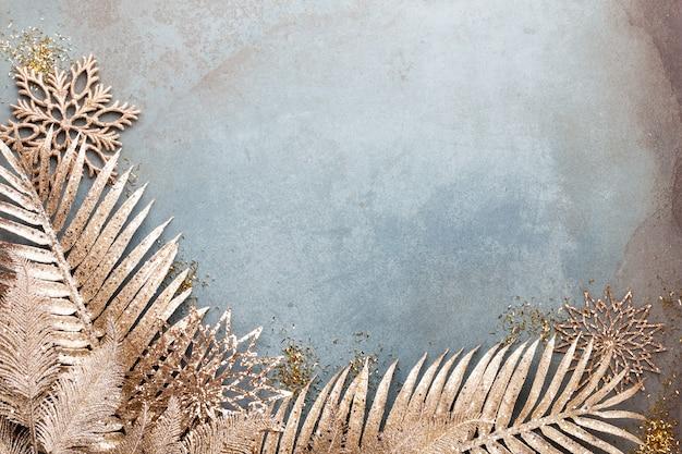 金色の花、雪、星、クリスマスの装飾の上面図と新年のお祝いとクリスマスの背景。
