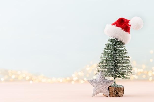 Празднование нового года и украшения елки и новогодних шаров