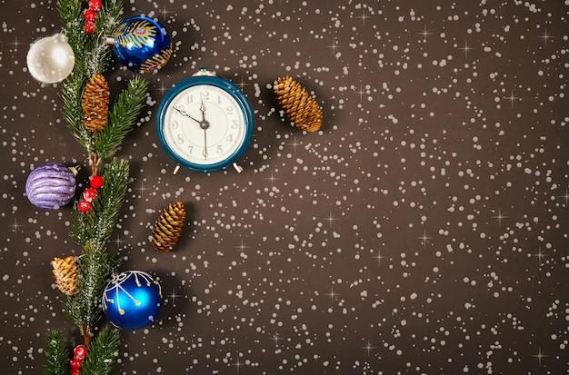 Празднование нового года елка ветка будильник конусы вид сверху макет