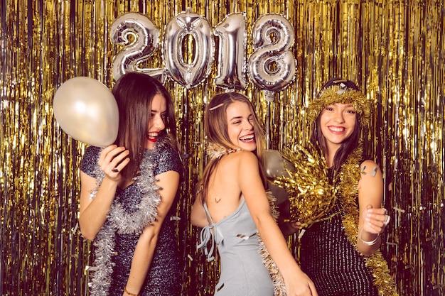 Celebrazione di new year with dancing ragazze