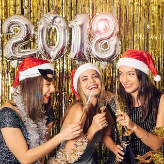 Celebrazione del nuovo anno con le ragazze che hanno una festa