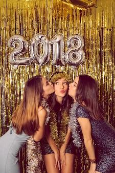 세 친구와 함께 새해 축하