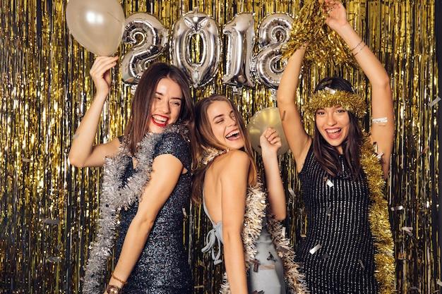 Celebrazione del nuovo anno con tre ragazze