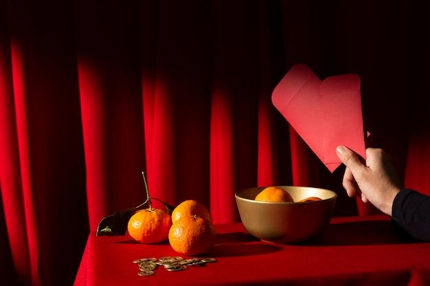 Новогодняя китайская композиция из апельсинов 2021 года и конверт Бесплатные Фотографии