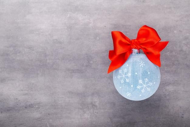 Новый год, новогодний фон с синими елочными шарами. синие новогодние шары на цветном фоне - изображение.