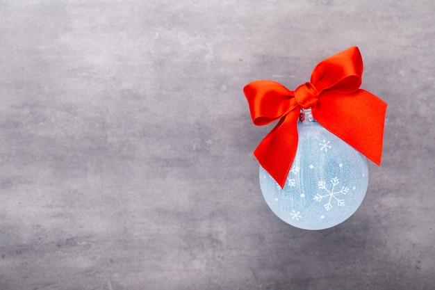 Новый год, новогодний фон с синими елочными шарами.