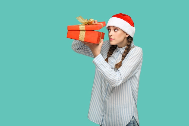 青い背景の美しい女の子と新年のクリスマスのコンセプト