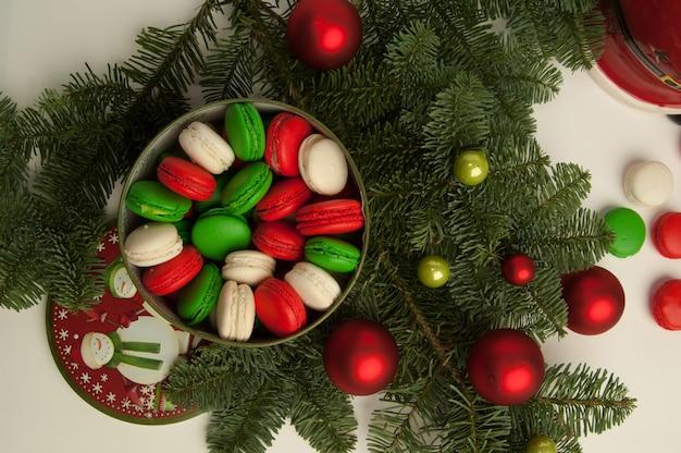新年のクリスマスクッキーと白い背景の上のモミの木とクリスマスの装飾
