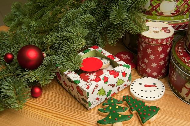 クリスマスの装飾とクリスマスツリーの枝と新年のクリスマスクッキー
