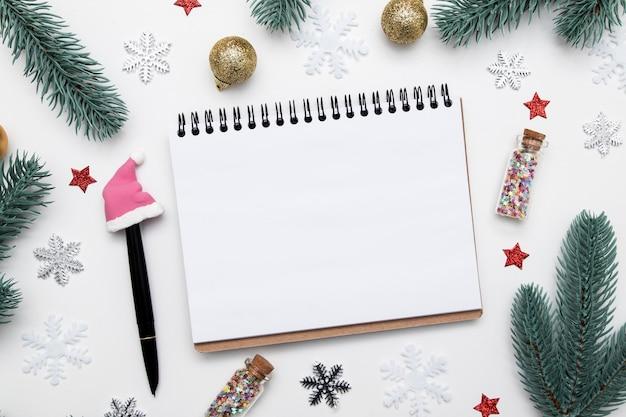 새 해 크리스마스 플랫 빈 노트북 복사 공간, 별, 눈송이 및 흰색 배경에 축제 장식 누워