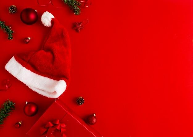 새해 크리스마스는 빨간 종이에 선물과 크리스마스 장식으로 산타 모자를 선물합니다.
