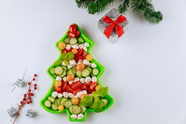 新年のクリスマスツリーの形の装飾が施された野菜サラダ。