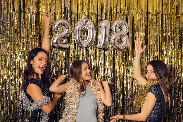Partito del club di new year con amici che ballano