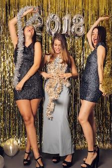 Festa del nuovo anno club con ragazze ballare