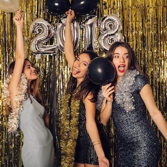 Partito di festa del nuovo anno con le ragazze