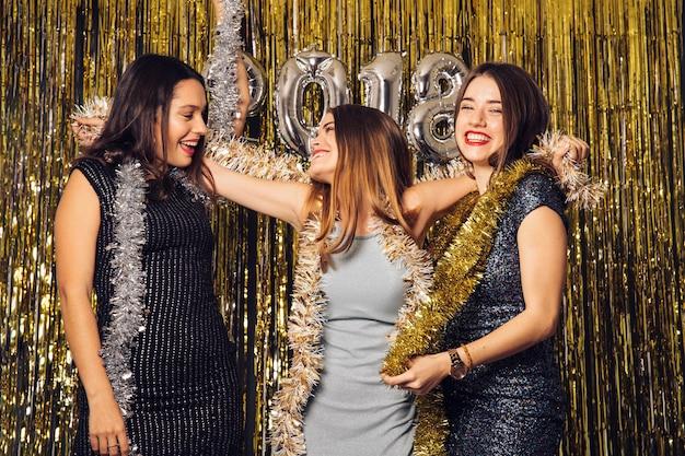 Partito di club di new year con tre amici