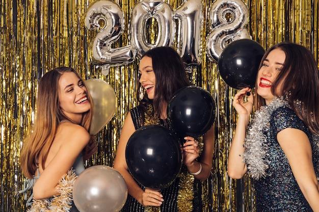 Festa del nuovo anno con tre ragazze