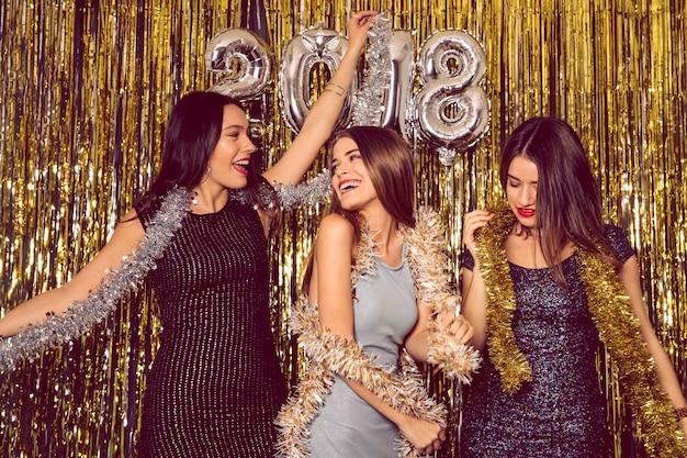 Partito di club del nuovo anno con tre ragazze del partito