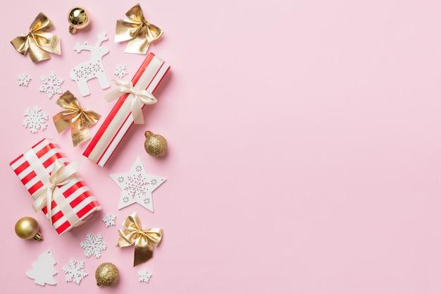 新年の構成。ギフトボックスとクリスマスの装飾の背景。コピースペースのある上面図。