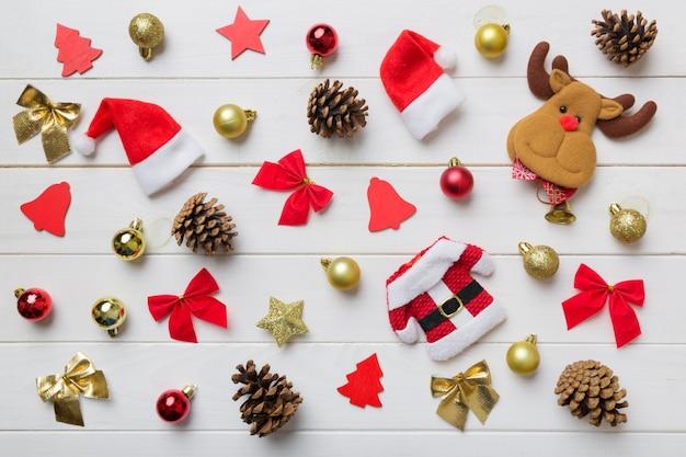 Новогодняя композиция. рождественский фон декора с шишками. вид сверху с копией пространства