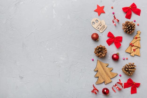 新年の構成。松ぼっくりとクリスマスの装飾の背景。コピースペースのある上面図