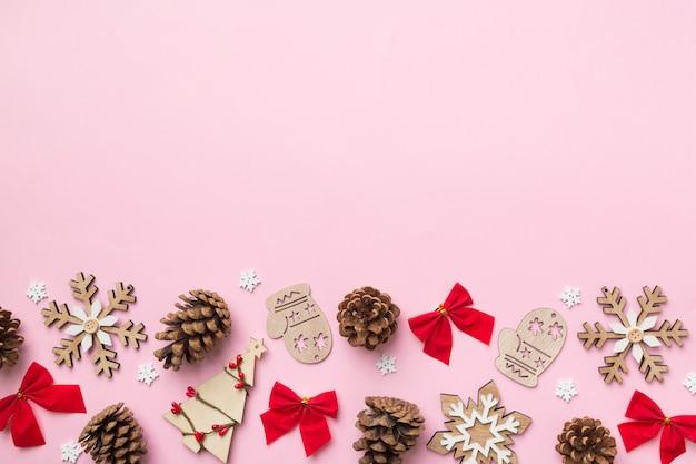 Новогодняя композиция. рождественский фон декора с шишками. вид сверху с копией пространства.